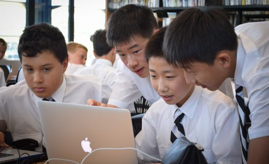 boys around laptop_technology